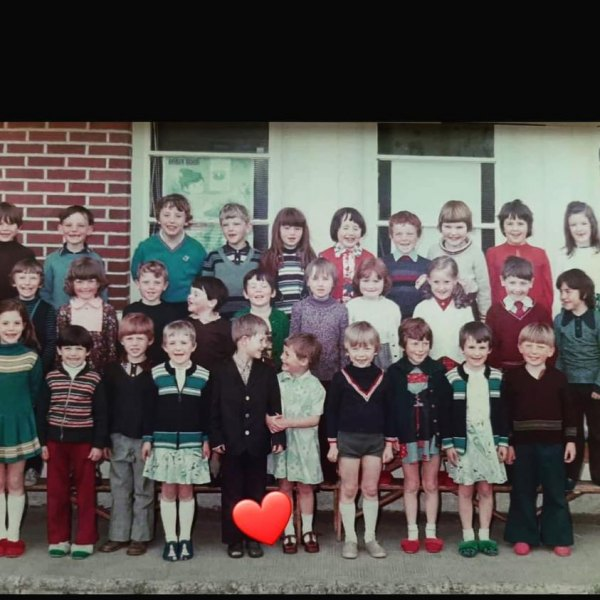 Seanie-Mullaney-Ursula-O-Dowd-Rosie-Sally-Jackie-O-Mahony-Lorraine-Cleary-Doolys-in-front